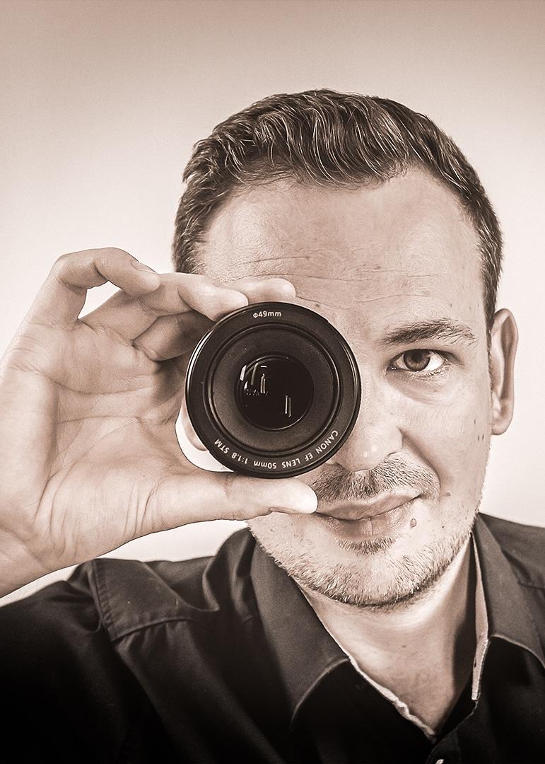 Oliver Schönemann mit Kameraobjektiv